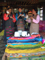Making high-quality traditional bandeng (tunics) for sale in Lhasa.